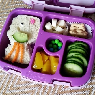 09.07.17    Still going with an underwater theme today: fish shaped tuna sandwich (with candy eye and lips); cheese cubes; animal crackers; cucumber slices; diced peaches; and some Sixlets.